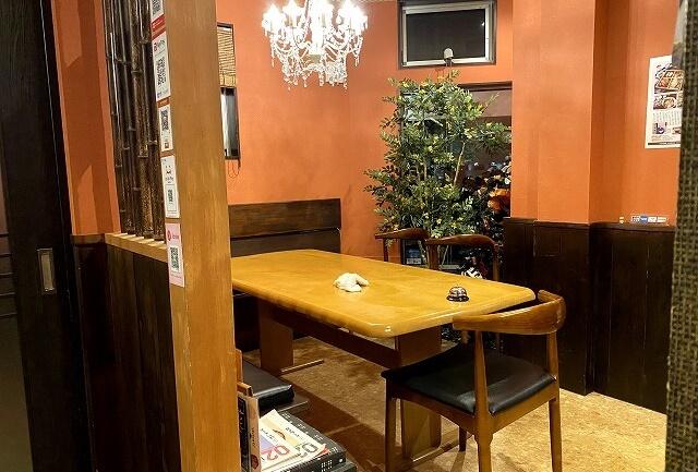 割烹丸庄本田の内観のテーブル