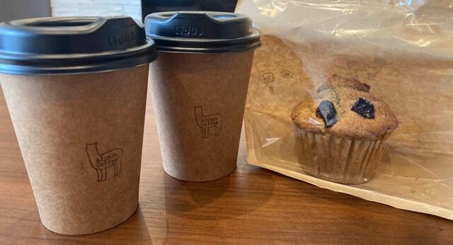 アルパカコーヒーのテイクアウトしたコーヒーとマフィン