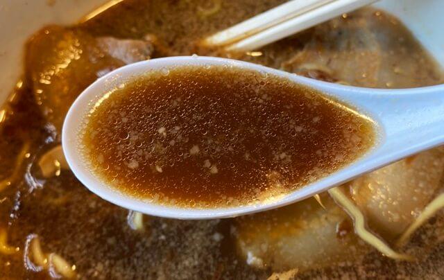 醤の醤油ラーメンのスープ
