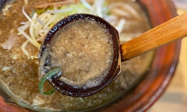 むてっぽうの醤油ラーメンのスープ