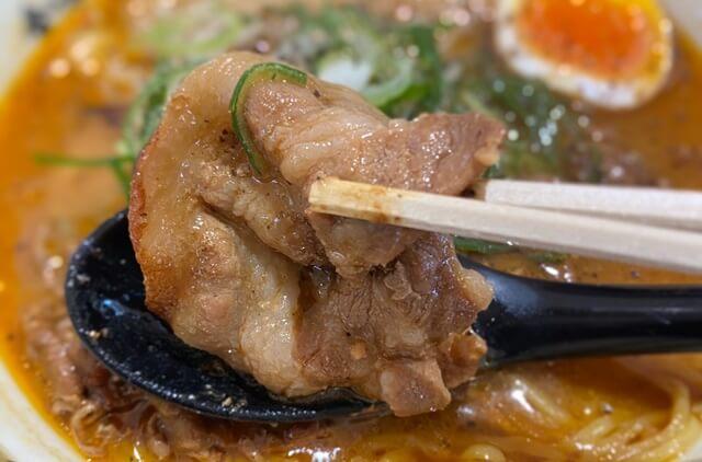 神仙ファボーレ富山店の味噌ラーメンの炙り肉