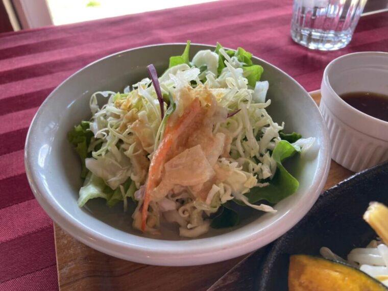 ビーフバスターズタベルナのサラダ