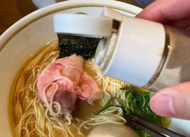 中華そばつぼみのラーメンと胡椒