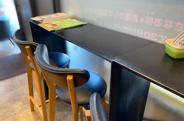 工場カフェのテーブル席