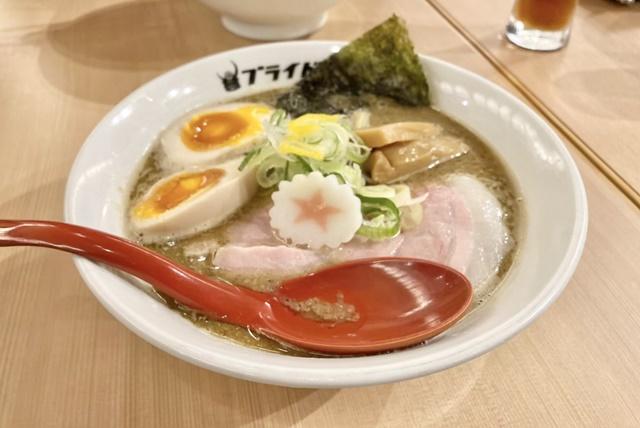 麺バル プライドの濃厚魚介豚骨ラーメン