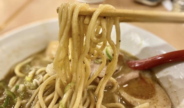 麺バル プライドの濃厚魚介豚骨ラーメンの麺