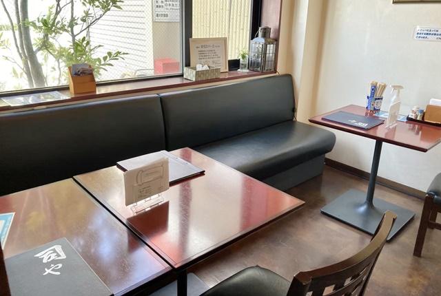 司やのテーブル席