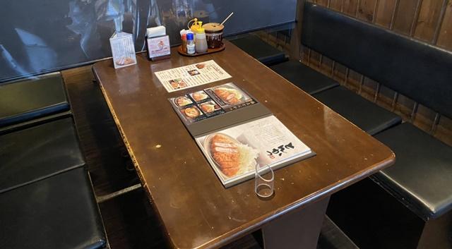 かつたまのテーブル席