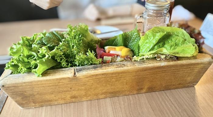 BUTAMAJIN 根塚店のディナーのコースのサラダ
